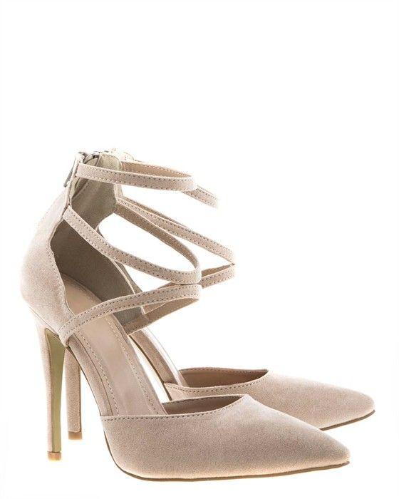 Beige+högklackade+skor+med+tunna+remmar.+Spetsiga+tår+och+öppen+sida.