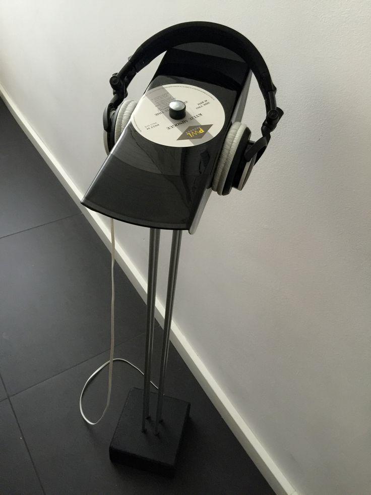 [ENGLISH] DIY headphone stand: I costumized a speaker stand from IKEA (hack) and put an old vinyl record on top. The record is placed at an angle. [DUTCH] DIY hoofdtelefoonhouder:  ik heb een oude luidsprekerstandaard van IKEA gebruikt en heb er een oude vinyl plaat op gemonteerd. De voorkant loopt licht af.