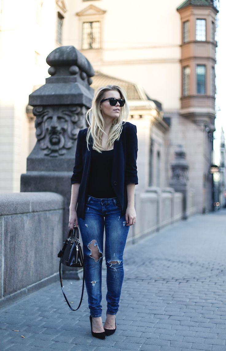 Wripped jeans - black body - black blazer | Linda Juhola