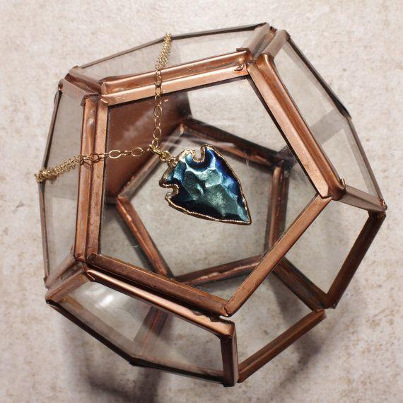 Único collar de flecha de titanio. Se reflejan los tonos azules más impresionantes de esta pieza cuando la luz golpea.  Longitud de cadena: 28 pulgadas  Colgante largo: 21 mm  Colgante Material: Titanio y oro (borde) platean flecha.  Cadena Material: Oro llenada  Acerca de oro lleno de cadenas:  Llenado de oro: Oro llenada es una capa real de oro-presión en condiciones de servidumbre a otro metal. Llenadas de oro no es para confundirse con la galjanoplastia de oro llena literalmente tiene…