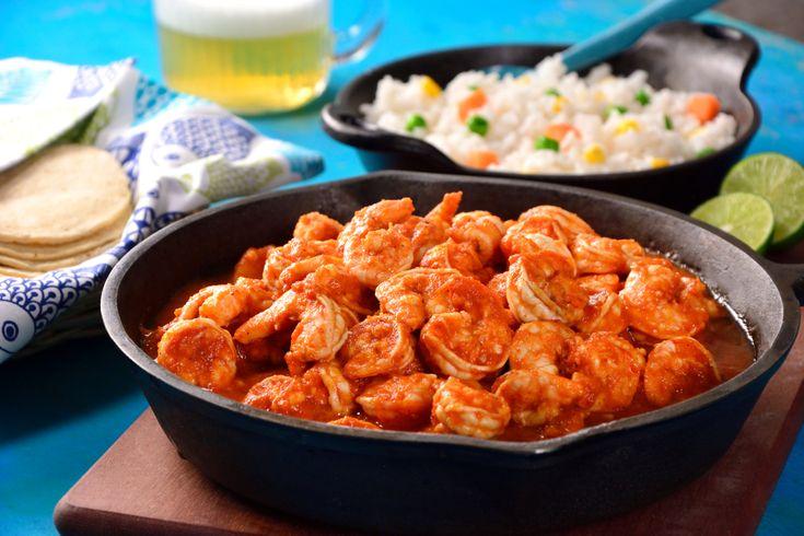 Prepara estos deliciosos y fáciles camarones en un adobo de chile chipotle con naranja y jitomate, acompañados con un arroz blanco y verduras. Ideales para cualquier ocasión, estos camarones están llenos de sabor.