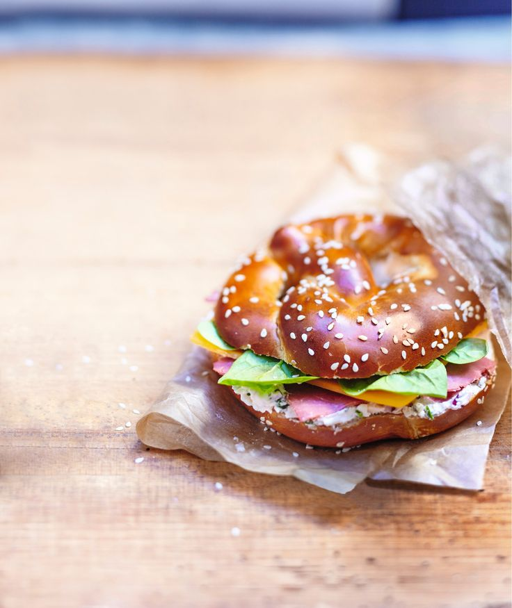 Envolez-vous pour New-York avec ce sandwich au pain bretzel garni de pastrami, de cheddar rouge et d'une sauce crémeuse aux oignons et aux herbes. Une recette authentiquement US dont on se régale autant au bureau qu'en balade. So good* !