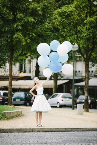 noni 2014 | hochzeitskleid im 50er jahre rockabilly stil mit blauem band mit knopfen und tuellunterrock in royalblau tuerkis (www.noni-mode.de - Foto: Le Hai Linh)