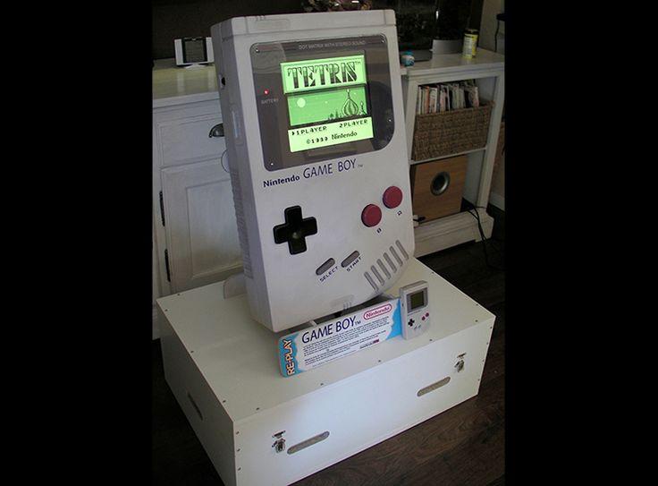 Arcademy vous présente sa Nintendo Gameboy Géante fonctionnel !   - Echelle : env. 5/1eme - Dimensions : 72 x 47 cm - Épaisseur : 17 cm - Matériau de construction principal : Medium - Ecran LCD 15 pouces 4/3 - raspberry pi modèle B 512Mo - Son amplifier stéréo - Fausse cartouche géante Tetris incluse :) - Socle de présentation - Flightcase sur mesure