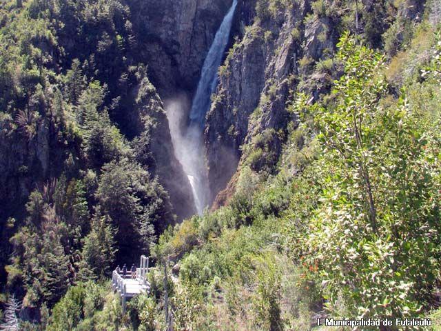 CONAF overlook in the Las Escalas Valley | from Sur Turistico Chile http://www.surturistico.cl/images/palena/futaleufu/galeria/Sector_Las_Escaladas.jpg