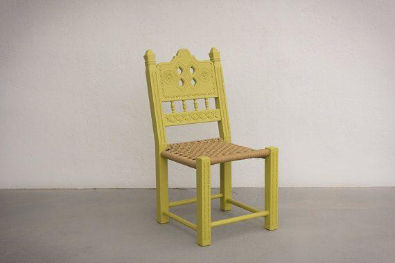 Lounge Stuhl, Sessel, niedrigen regelmäßigen Stuhl, Holzschnitzerei Stuhl, handgemachte Stuhl, ethnische Stuhl, moderne rustikale Stuhl.  Modern - traditionelle Möbel, die Häuser zu schaffen, die Seele und Stil zu haben.  Die Größe dieses Stuhls ist für normalgroße Menschen mit ein wenig mehr Höhe und Gewicht bestimmt. Es ist äußerst praktisch, denn wenn Sie auf ihm sitzen, die Beine gut gebogen sind, damit sie nicht hängen. Es ist nicht nur ein Sitz... Es ist ein Weg des Lebens!  67…