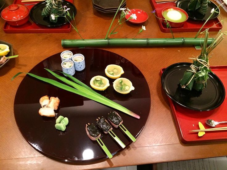 ��4月のレッスン��  今月のメインは粽(ちまき)寿司�� お寿司を笹の葉でくるんで、いぐさでまきまき。 いぐさできゅっと巻き上げるのがすごいむずかしかった�� 手先不器用な私には向かへん作業�� 3本しか巻いてないのにグッタリ 笑 ✴︎レモン風味のお出汁ゼリー オクラ寄せ ✴︎新玉ねぎ グリーンアスパラすり流し ✴︎三度豆と鶏むね肉の胡麻酢クリームチーズ和え ✴︎白身魚のすり身と蟹の生春巻き揚げ ✴︎生麩田楽 ✴︎粽寿司 ✴︎ミニトマトのマリネ  #japanesecuisine #lesson #日本食 #spring http://w3food.com/ipost/1504192729265403158/?code=BTf91FVlvUW