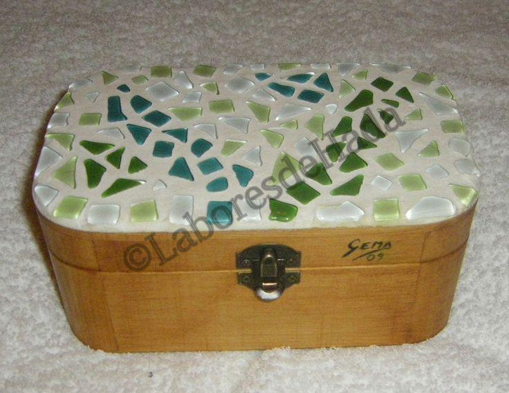 Caja de madera decorada con mosaico de cristal