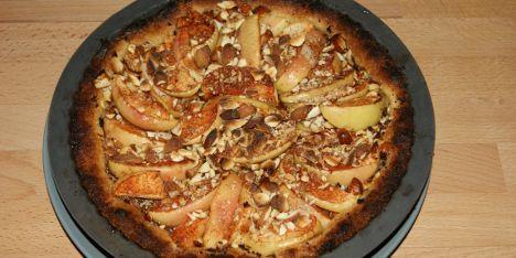 Lav en fin æbletærte ganske simpelt ved at følge denne opskrift. Klassisk fremgangsmåde med æbler, sukker, kanel og mandler.