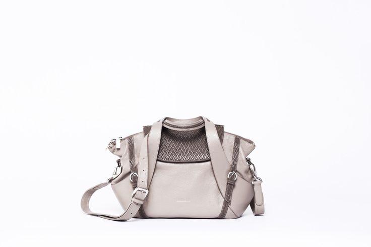 A nagyméretű Gym táskánk kistestvére, amibe szintén minden belefér, amire egy nőnek szüksége lehet. Felül mágneszárral záródik a fedele, hogy a nyitott cipzár esetén is biztonságosan tudjuk hordani,...