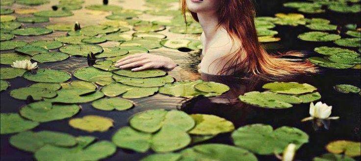 """""""Poema (para A.)"""" - «Nunca te procurei / Mas encontrei-te / Foste sempre tu e serás / Mesmo com as tuas falhas e falhanços // Também me encontraste / Já era amor antes de ser / Nem se guardam a sete chaves / Segredos etéreos que têm vontade própria // Mas não preciso que me completes / Só quero que me transbordes / (...)  Somos a possibilidade de transbordo um no outro / Se a desperdiçamos morreremos por muito pouco.» Helena Costa ©…"""