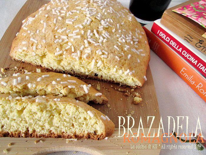 BRAZADELA+ROMAGNOLA+Ricetta+regionale+dolceBRAZADELA ROMAGNOLA a modo mio INGREDIENTI Per 4/6 persone 200 g di farina 00, 50 g di fecola di patate, 1 uovo, 80 g di zucchero, 50 g di burro, 1/2 bustina di lievito, 80/100 g di latte, scorza di limone grattugiato.Per decorare granella di zucchero e zucchero semolato.
