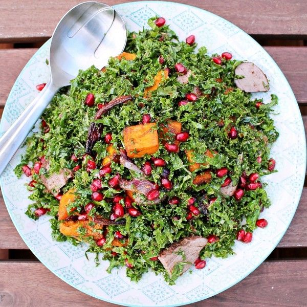 Skøn salat med rå grønkål, æbler, bacon og nødder. Dejlig efterårstilbehør til fx en god økologisk svineskotelet.
