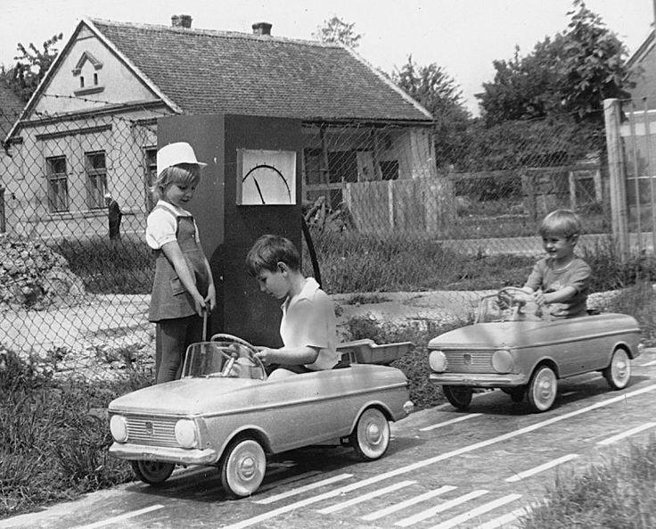 1974 orig: ERKY-NAGY TIBOR MAGYARORSZÁG DOMBÓVÁR Zrinyi utcai óvoda, mini KRESZ-park, Moszkvics gyerekautók