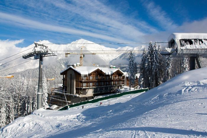 Приключения начались сразу же по прилёту в Адлер... 15-20 минут на ожидание основного багажа и 1,5 часа(!!!!) на получение лыж!!! Очевидно...