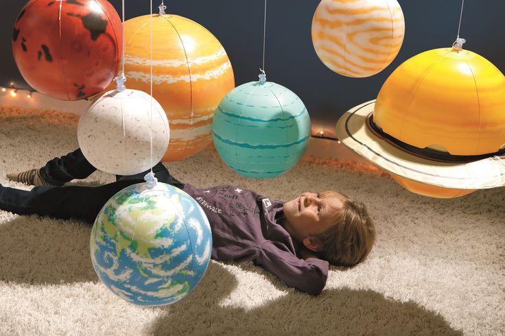 Décorez la chambre de votre grand avec le système solaire gonflable