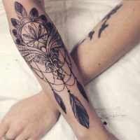 Tatouage de Femme : Tatouage Fleur de lotus avec des plumes Dotwork sur Bras !