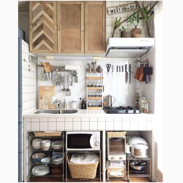 キッチンの収納にお困りではありませんか?毎日の食事の支度のたびに、汚れてしまうキッチン。片付けても片付けても、なんだかすっきりしない!そんなお悩みがあるかと思います。収納するアイテム数も多く食品などの入れ替わりも激しい場所。そんなキッチン収納のアイデアをまとめてみました。