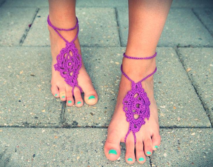 Deze #barefoot #sandalen zijn helemaal hip op het moment. Leuk om op het #strand te dragen! #haak ze gemakkelijk zelf!  #bohostijl #barefoot #sandals #sandalen