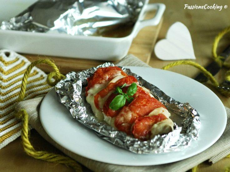 Petto di pollo al cartoccio con pomodori e mozzarella http://blog.giallozafferano.it/passionecooking/petto-di-pollo-al-cartoccio-con-pomodori/