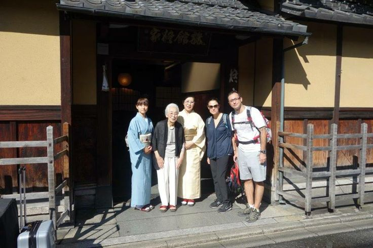Hiiragiya 200 senedir aynı ailenin işletmesinde olduğu için ev sahiplerinin büyükannesi ile de tanışma fırsatımız oldu. Japonlar dünyanın en nazik, saygılı ve yardımsever insanları. Bizi uğurlarken bile bütün ailenin kapının önüne çıkıp dakikalarca ayakta bekleyip, el sallamaları inanılmaz hoşumuza gidiyor ve mutlu ediyor... Daha fazla bilgi ve fotoğraf için; http://www.geziyorum.net/ryokan/