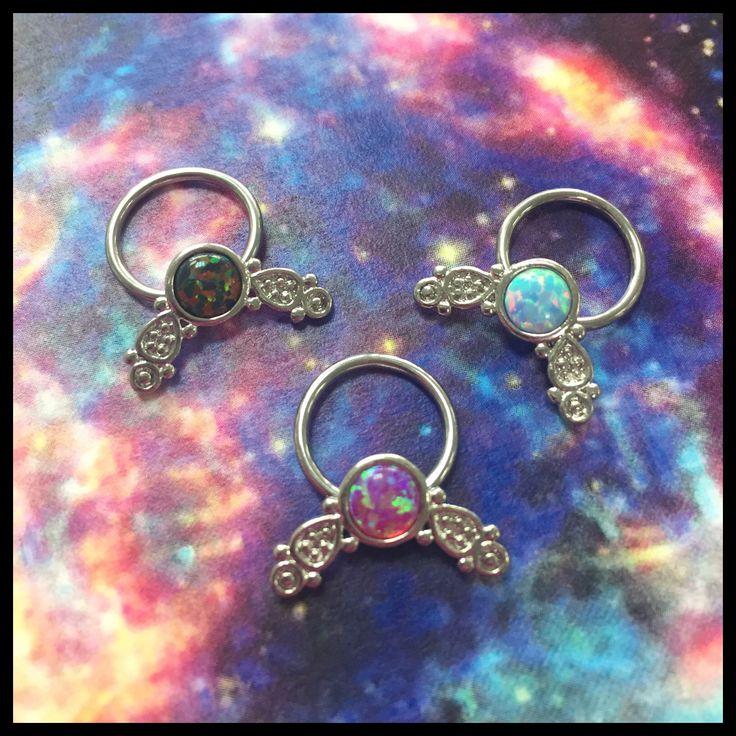 Fine nye opal ender til ringe- kan sættes på forskellige størrelser og derfor bruges til flere forskellige piercinger 😍   Ses i dag på Vesterbro 11-14 og i morgen lørdag 11-15 ❤️🙏🏾