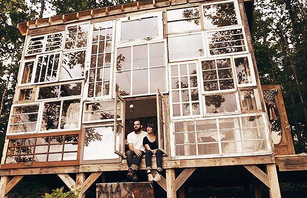 Em vez de tijolos, casa foi feita com janelas reaproveitadas, que foram reunidas e encaixadas em um mosaico para formar a fachada.