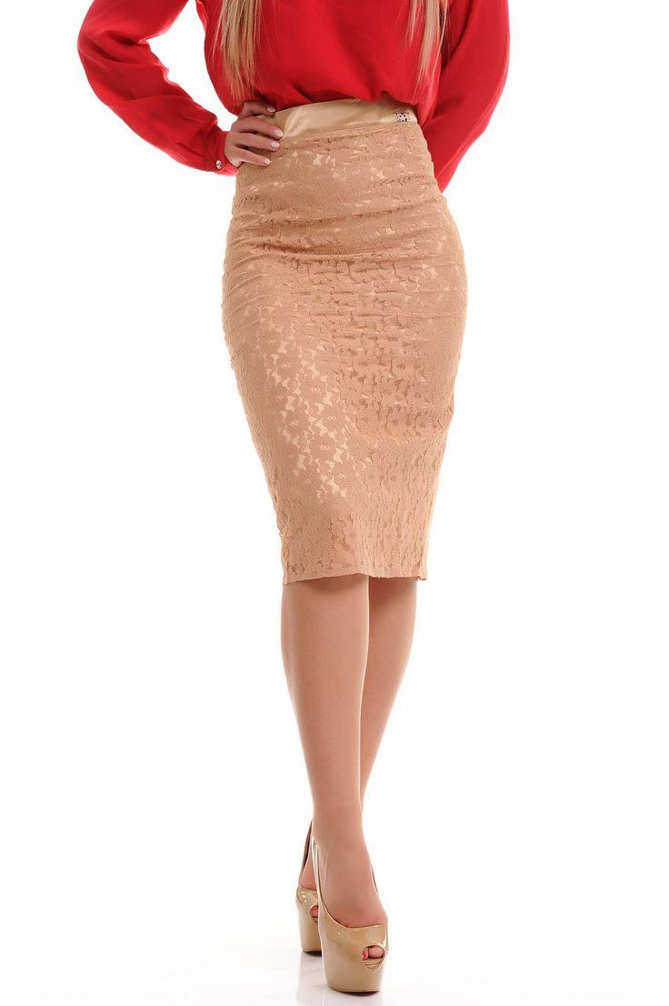 48,95 E Falda tubo de color crema , se moldea al cuerpo .   en draguta.es