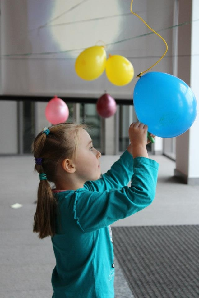 """Warsztaty dla dzieci """"O rety, planety!"""" na wystawie MOVING IS LIVING / workshops for kids """"Oh my stars and planets!"""" at MOVING IS LIVING exhibition"""