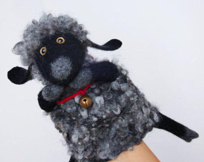 Dit item is MADE TO ORDER. Laat 1-2 weken om te voltooien van uw bestelling + extra tijd voor de scheepvaart (2-4 weken). Allemaal erg bedankt voor uw geduld!  Deze grappige uitziende egel hand puppet is nat vilten door handen van puur extra fijn merinoswol met gebruik van natuurlijke olijfolie zeep en warm water. Zijn zachte en rustige spikes zijn gemaakt van Shetland schapen fleece en geven hem Bob Marley uitstraling.  De egel kan grote gift voor iedereen maar het is vooral goed voor het…