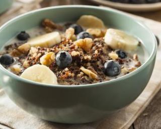 Quinoa au lait, banane, myrtille et noix pour petit déjeuner détox : http://www.fourchette-et-bikini.fr/recettes/recettes-minceur/quinoa-au-lait-banane-myrtille-et-noix-pour-petit-dejeuner-detox.html