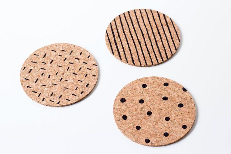 DIY: Geef je kurken onderzetters een nieuwe look | Woonguide.nl