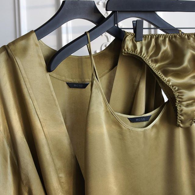 Have a juicy weekend 🍸#olivegreen #mood #helloweekend #happyfriday #relax #comfort #happiness #atease #satin #cupro #easywear #homewear #classic #classy #kimono #camisole #lingerie #premium #quality #shoponline #moyestore #moyehomewear