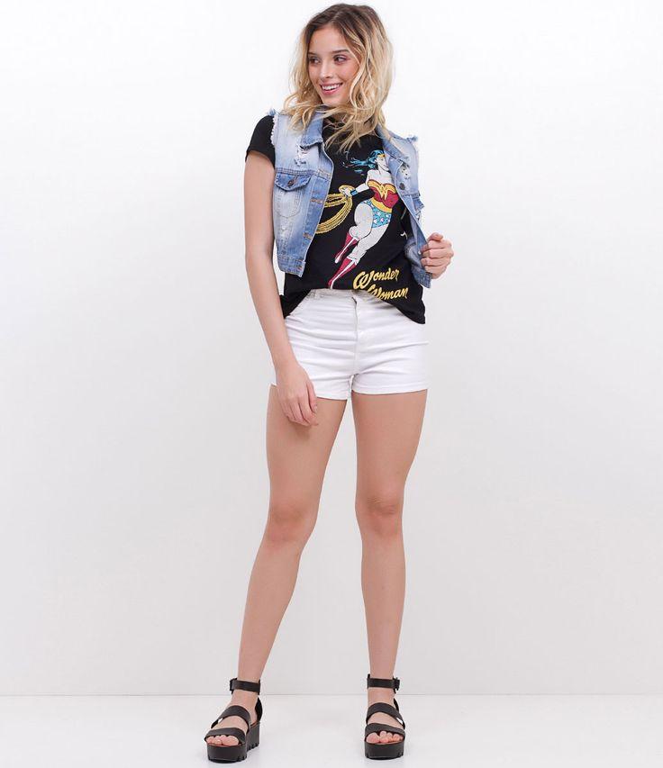 Blusa com estampa Mulher Maravilha , colete jeans, short e sandália flatform