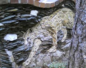 Trockenmauer aus flachen Steinen als Gartenmauer Bild
