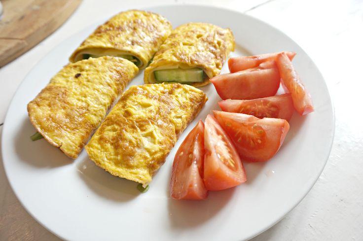 Hei og god fredag :) De siste dagene har jeg laget en enkel lunsj som jeg postet på instagram, nemlig egg-wraps med fyll. Jeg fikk spørsmål om oppskriften og da er det klart jeg deler! 2 egg 1 ss fløte en dæsj salt, eventuelt annet krydder ønsket fyll: jeg brukte agurk, salat, ost og kalkun,Read More