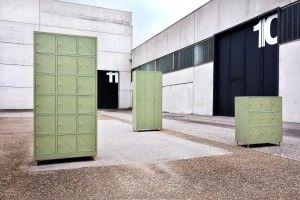 Un progetto di Alessandro Zambelli per Seletti. Una cassettiera, un armadio a 2 ante, un armadietto a 3 ante, un mobile e una consolle multivano in acciaio verniciato e fili di ottone, disponibili nelle varianti crema, rosa cipria e verde muschio.