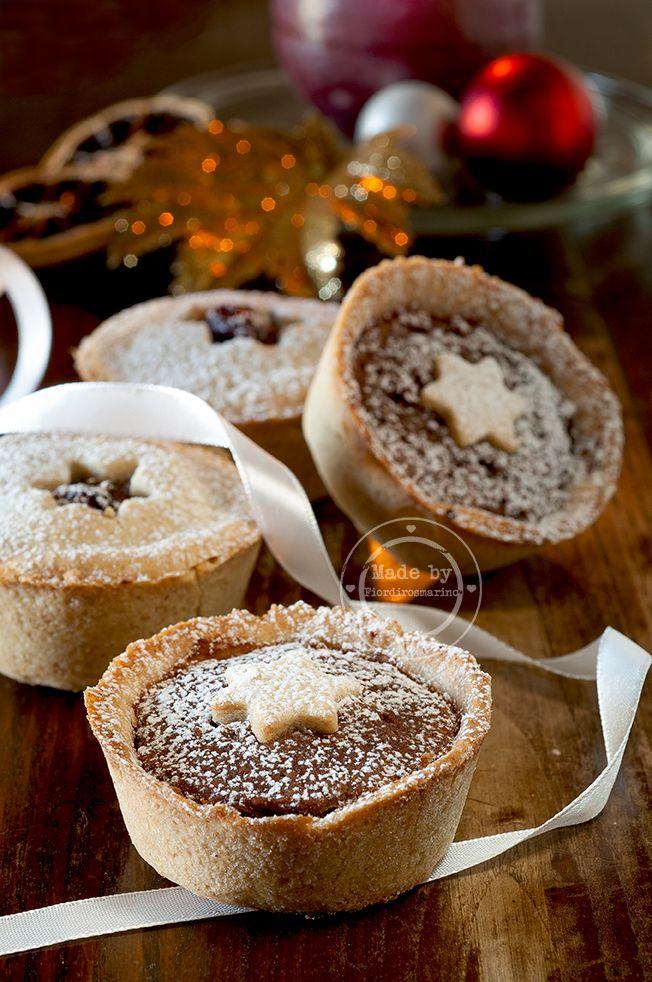 Si tratta di sfiziosi dolci natalizi dal classico profumo speziato. Sono delle tortine di frolla alle noci ripiene di ceci, frutta secca, vincotto e spezie.