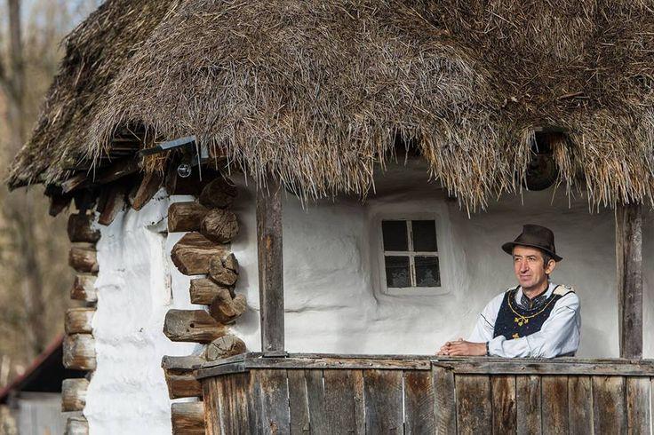 Domnul Sabin, din satul Cib, județul Alba, îmbrăcat într-un costum popular cu o vechime de peste 150 de ani (locuință ridicată în 1857). Fotograf: Ionut Capatina