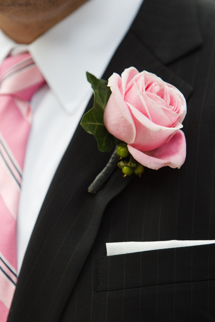 Noivo com Lapela e gravata rosas - terno Preto