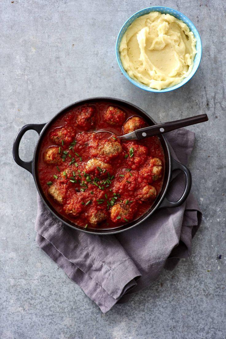 Snijd met een scherp mes het velletje van de worstjes door en pel het vel eraf. Rol van de worstvulling gelijkmatige gehaktballetjes.  Verhit olijfolie in een hapjespan en bak de balletjes met de ui en knoflook op hoog vuur lichtbruin. Schud regelmatig om.  Pureer ondertussen de tomaten en het sap met de uitgelekte paprika, dat gaat het best met een staafmixer, maar kan ook in een keukenmachine. Heb je die niet, snijd alles dan zo fijn mogelijk.  Schenk het tomatenmengsel bij de…