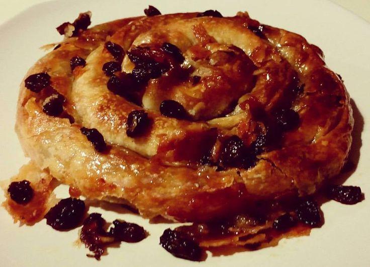 Σήμερα θα μοιραστώ μαζί σας μια πίτα πολύ εύκολη.    Ενώ δεν έχει πολλά υλικά είναι πολύ νόστιμη,ξεχ...