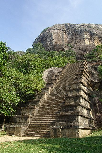 Staircase at Yapahuwa Temple, Sri Lanka. Près de Maho, triangle curlturel, excentré par rapport aux trois grosses villes du triangle