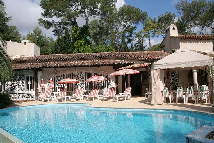 Location Vacances! Villa à Cannes de 2 à 15 personnes avec bains à remous, jacuzzi, piscine à débordement et grand jardin pour profiter de l'été. #LocationsVacances #MediaVacances #PACA