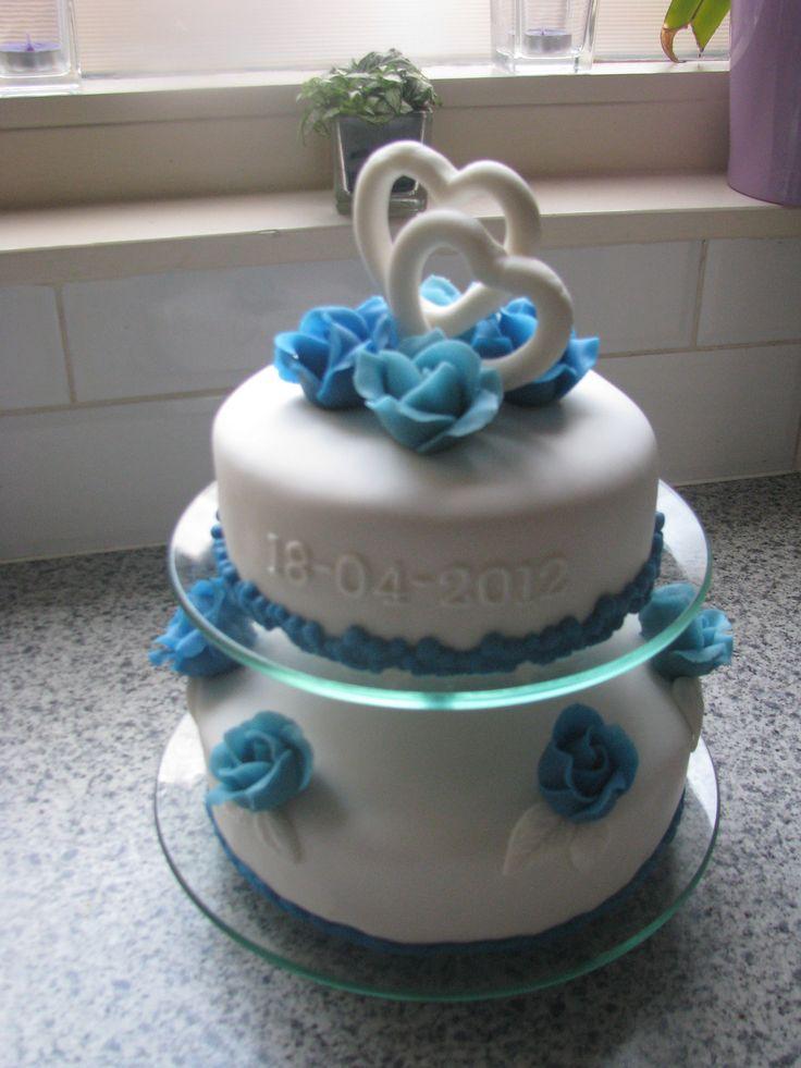 Bruidstaart met blauw en wit