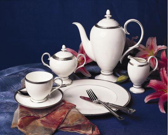 Сервиз чайный, 6 перс, 17 пр, Рошель Платинум  Посуда из костяного фарфора. Комплектация: чашка чайная - 6, блюдце чайное - 6,  сахарница с крышкой (1+1), молочник, чайник с крышкой (1+1).