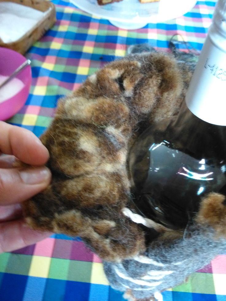 gevilte ruwe wol als thermos voor wijnfles , wijnkoeler, eski