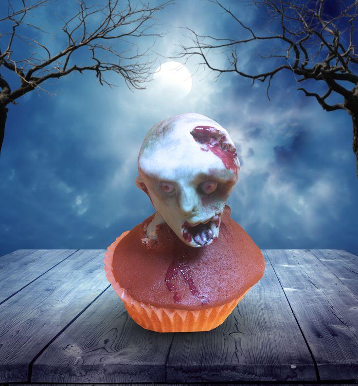 """Cupcake di Halloween. Con il corso Cupcake di Halloween, di Barbara Perego Cake Design, scopri come usare la pasta da zucchero per creare originali decorazioni per la festa dei mostri. Questo secondo incontro è dedicato al giorno di Halloween e prevede la realizzazione pratica di """"mostruosi"""" dolci caratteristici."""