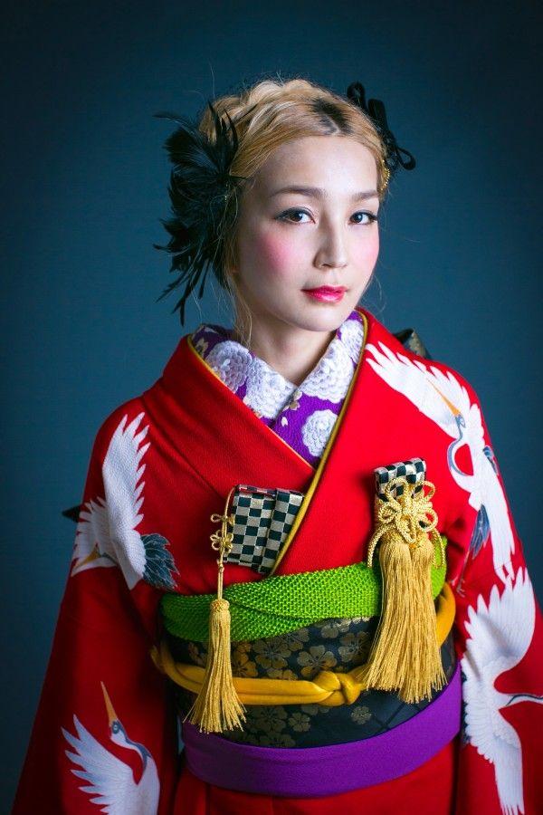 『赤地ちりめん鶴』真っ赤なちりめん地に、鶴が飛翔する シンプルながら、日本的な美しさを象徴するような引き振袖。黒の小物やヘッドドレスを合わせるなど、遊び心を加えることで、一歩抜けた振袖姿も演出できます。