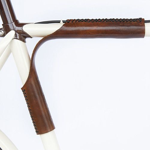 Vegetable-tanned and weatherproof-finished leather wraps are sewn around the top bar and seat tube of your bicycle, creating a padded and comfortable shouldering area. Whether you're running up the stairs at the metro or walking through the office, the sturdy leather lets you portage your bicycle with ease.